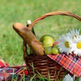 14289294-panier-pique-nique-avec-fou-serviette-rouge-des-fruits-du-pain-et-du-vin-sur-l-39-herbe-verte