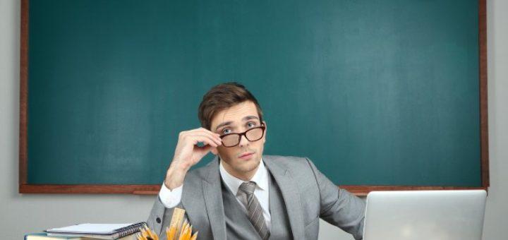enseignant-tableau-bureau-ordinateur